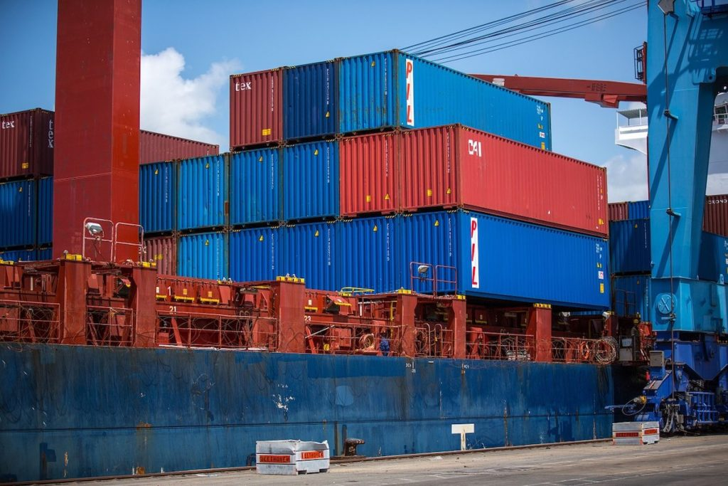 shipping-containers-1096829_1280